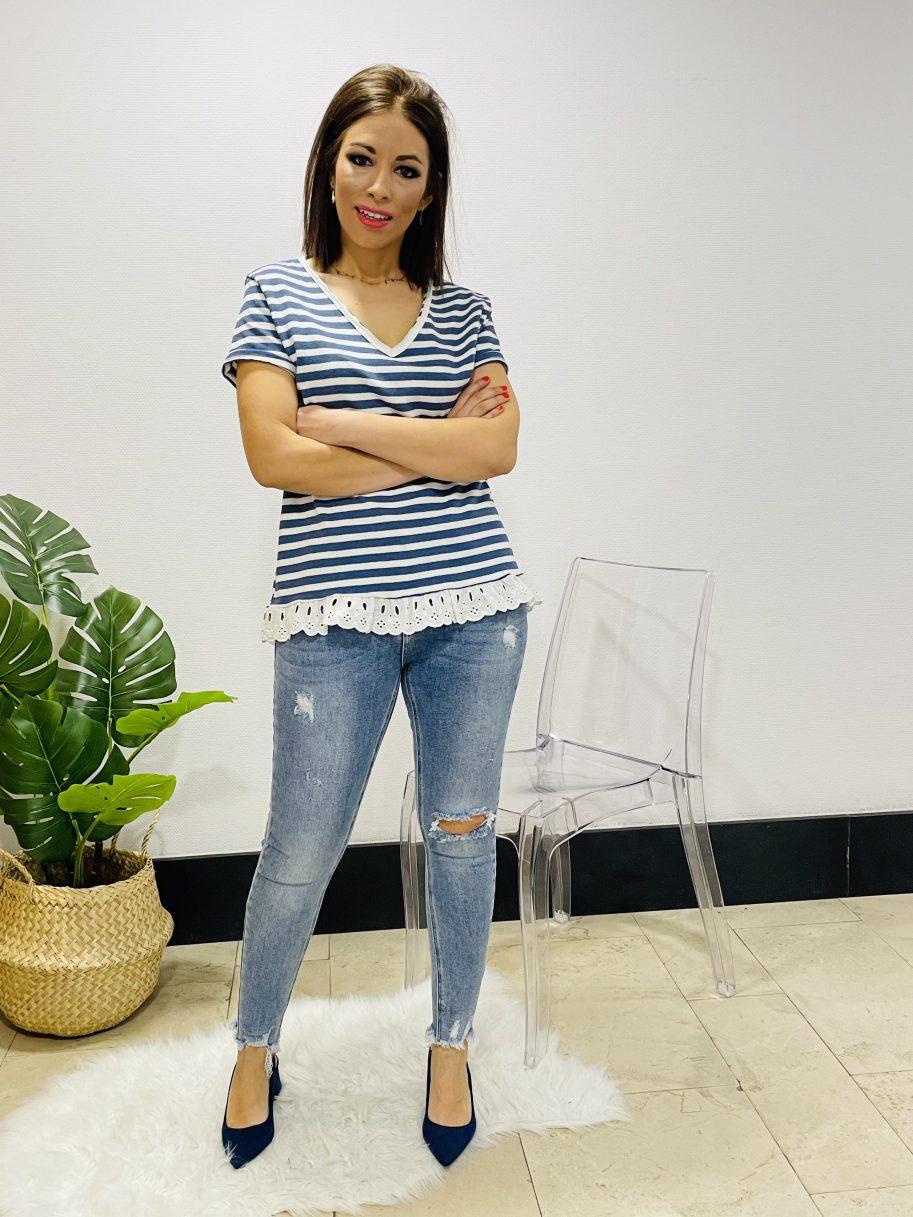 Camiseta rayas bajo con puntilla azul claro
